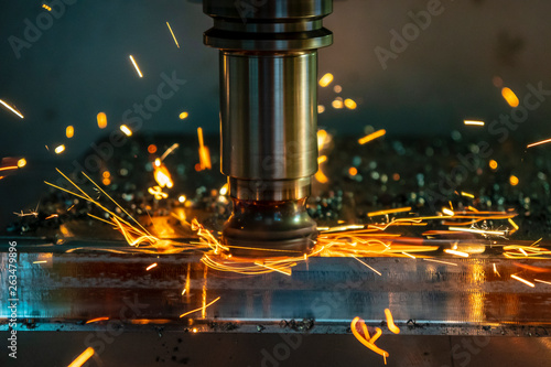 Fotografia The  heating  chip on CNC machining centre  from tool wear