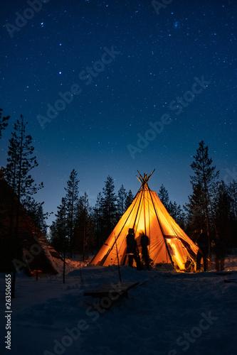 noche estrellada en tienda Finlandia nevado