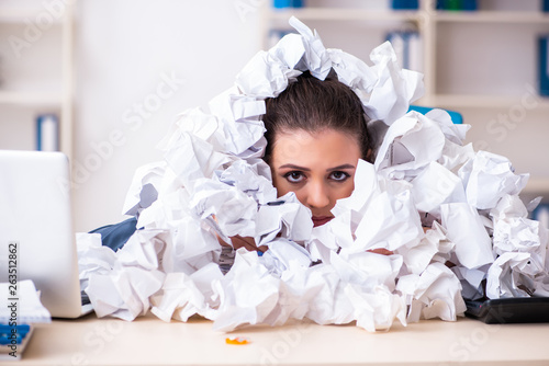 Fotografía  Businesswoman rejecting new ideas with lots of papers