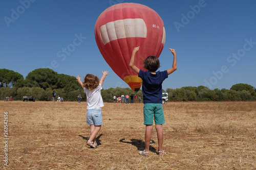 Photo Globo aerostático y niños
