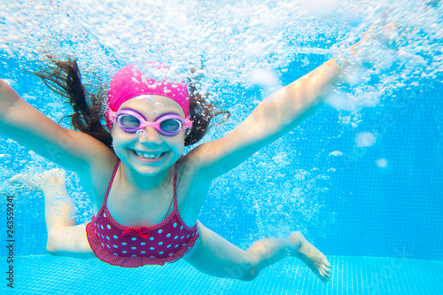 fototapeta na drzwi i meble girl swim in pool