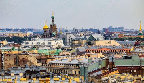 Panoramę miasta z kościołem Zbawiciela na krwi rozlane z dachu katedry Świętego Izaaka w Sankt Petersburgu, Rosja