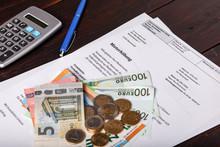 Schreiben über Mieterhöhung Mit Taschenrechner Euro Bargeld