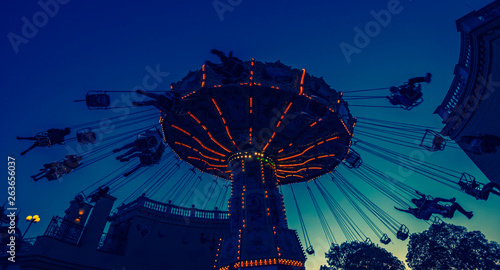 La pose en embrasure Attraction parc spinning amusement park ride at sunset in vienna