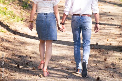 Photo Couple marchant main dans la main en amoureux en forêt
