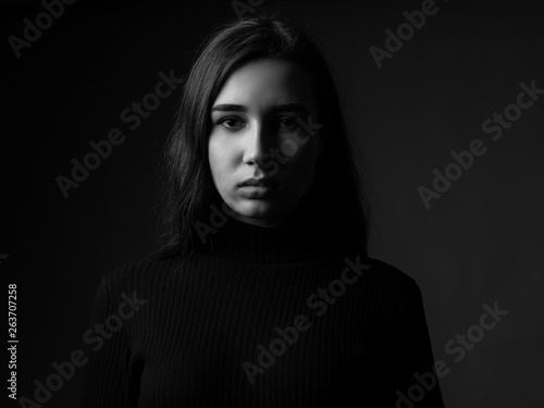 Fotografia Portrait of a sad young woman. Black and white. Low key