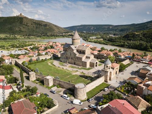 Foto  Aerial view to Svetitskhoveli Orthodox Cathedral and historical town Mtskheta, n