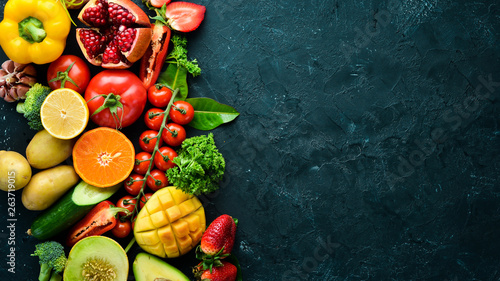 La pose en embrasure Cuisine Fresh fruits, vegetables and berries. On a black background. Banner Top view. Free space for your text.
