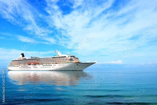 Fotomural Big cruise liner moored in Mediterranean sea.