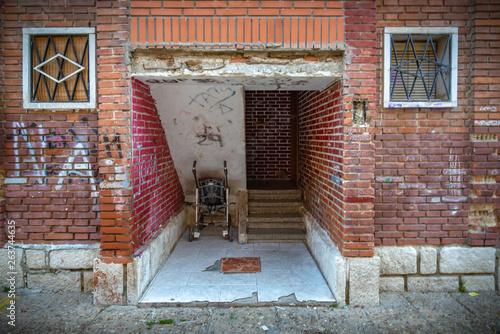 Foto op Canvas Tuin Las ruinas de una antigua casa de tierra sin techo. Agujeros en la pared en el sitio de ventanas y puertas.