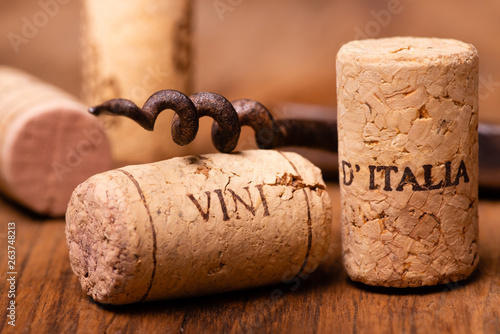 Fotografia  in the foreground, corks of Italian wine, and vintage corkscrews