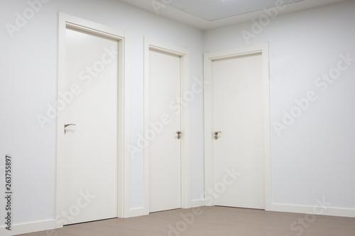 vestíbulo o sala de espera con puertas blancas Wallpaper Mural