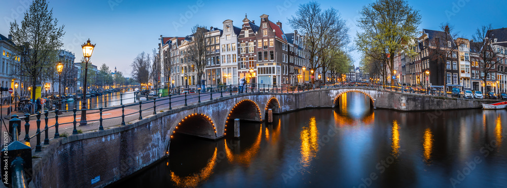 Fototapeta Night view of Leidsegracht bridge in Amsterdam, Netherlands