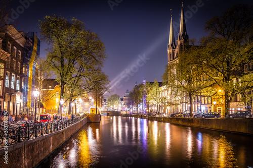 Photo  Night view of De Krijtberg Church in Amsterdam, Netherlands