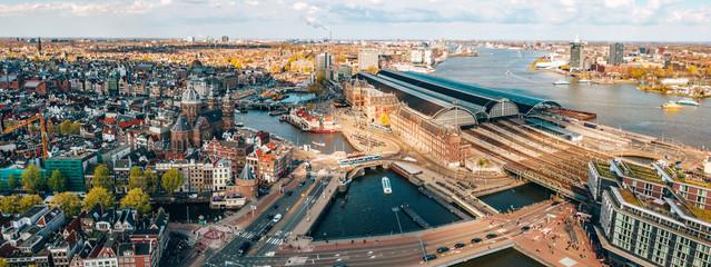 Prekrasan zračni Amsterdamski pogled odozgo s mnoštvom uskih kanala, ulica i arhitektura.