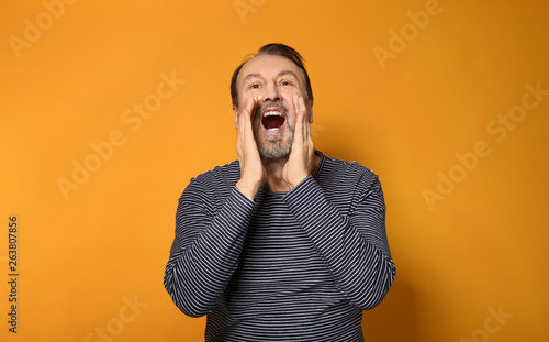 Photo  Portrait of screaming mature man on color background