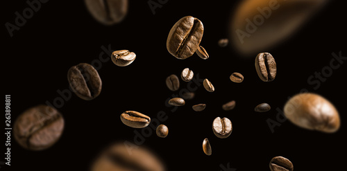 Fotomural Coffee beans in flight on a dark background
