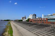 Riverfront Plaza Mit Unzaehligen Sitzplaetzen Entlang Des Mississippi In Baton Rouge, Luisiana, USA