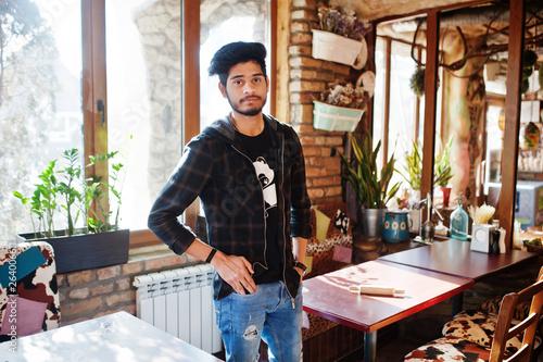 Fotografia  Beard asian man in casual wear posing indoor cafe.
