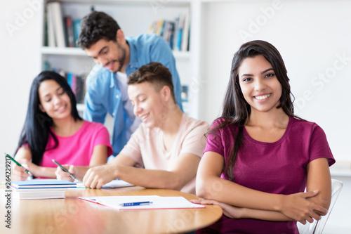 Fotografie, Obraz  Sympathische Studentin aus Südamerika im Unterricht