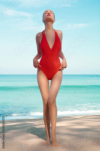 Küchenrückwand aus Glas mit Foto womenART Beautiful sexy woman in red swimwear on the beach