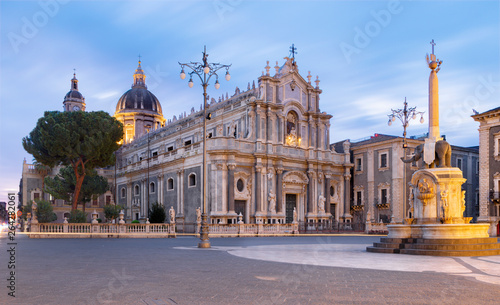 Obraz na płótnie Catania - The Basilica di Sant'agata and the harbor in the background