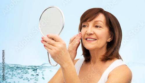 Fotografía  beauty, skin care and moisturizing concept - portrait of smiling senior woman wi