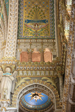 Créature Ailée Au Sommet Des Colonnes. Crypte. Basilique Notre-Dame De Fourvière. Lyon. / Winged Creature Atop The Columns. Crypt. Basilica Of Notre-Dame De Fourvière. Lyon.