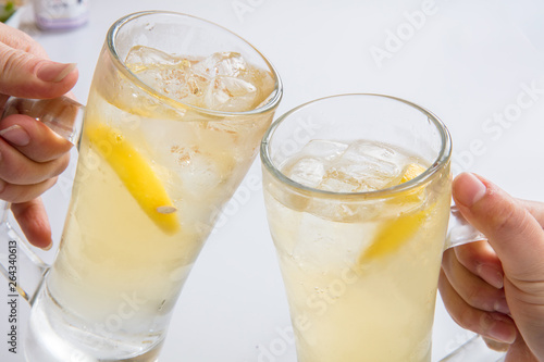 Fotografía  白背景でレモンサワーハイボールで乾杯する歓送迎会ビアガーデン