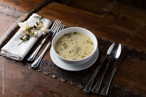 Fototapeta Dania obiadowe i różne przystawki na talerzu prezentowane na pokazach kulinarnych obraz