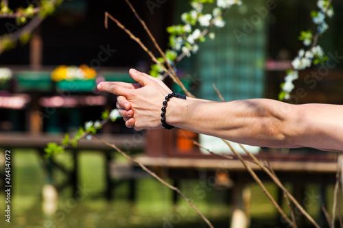 Fotografía man hands in yoga symbolic gesture mudra outdoor shot closeup