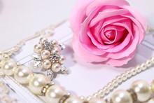 薔薇の花と真珠のアク...