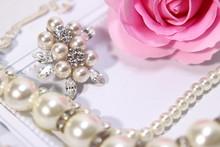薔薇の花と真珠のアクセサリー(ネックレスとブローチ)