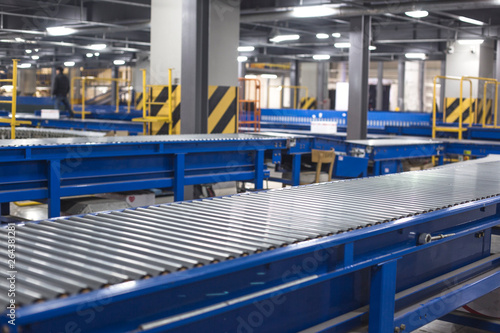Canvastavla  Factory roller conveyor system for transporting crates
