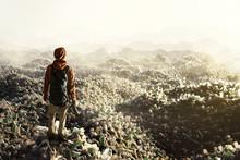 Mann Steht Vor Bergen Von Plastikmüll