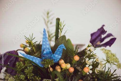 Fototapety, obrazy: Origami en forme de cygne dans une composition florale