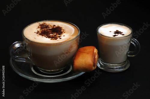 Foto op Plexiglas Chocolade Cappuccino con fetta di torta su sfondo nero, cappuccino with cake slice on black background