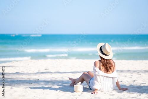 portret-wizerunek-piekna-azjatykcia-kobieta-cieszy-sie-obsiadanie-i-pic-kokosowego-sok-na-plazy