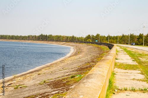 Photo Water horizon, concrete embankment near the water