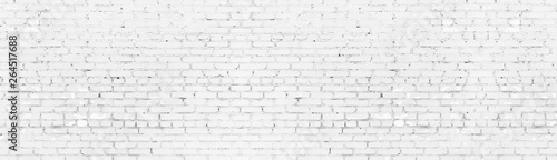 Montage in der Fensternische Ziegelmauer Whitewashed shabby brick wall wide panoramic texture. White painted old brickwork panorama. Long light background