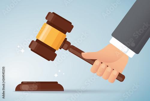 Fotografía hand holding judge wood hammer background