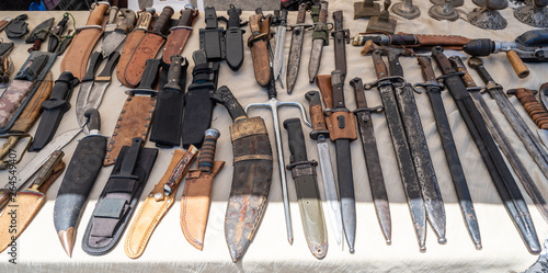 Foto Giv'on street flea market: knifes, bayonets and swords, Tel Aviv, Israel