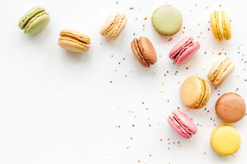 Macarons desertni uzorak na bijeloj pozadini, pogled odozgo, kopija prostora
