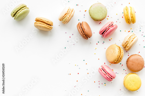 Photo sur Aluminium Boulangerie Macarons dessert pattern on white background top view copy space