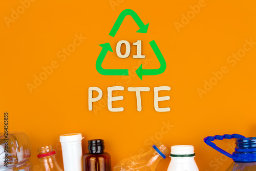 Photo  Plastic colorful reusable pete bottles stacked in bottom line recycling sign sym