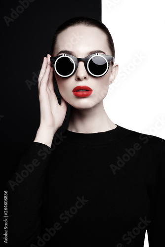 La pose en embrasure womenART beautiful young woman with black sunglasses