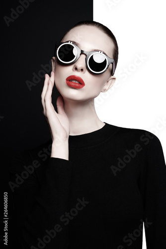 Spoed Foto op Canvas womenART beautiful young woman with black sunglasses
