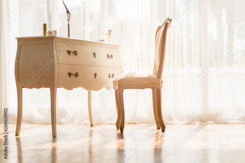 Foto  white vintage style wood table and chair with morning light from window