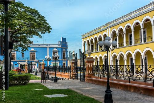 Stampa su Tela Colored buildings with colonnades  in San Francisco de Campeche, Mexico