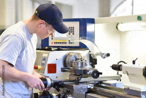 technsiche Berufsausbildung - junger auszubildender an der Drehbank einer C_NC M Canvas Print